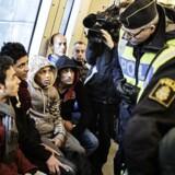 Migrationsverket i Sverige har nedjusteret prognosen for antallet af asylansøgere og anslår nu, at mellem 70.000 og 140.000 mennesker vil søge asyl i løbet af 2016, skriver det svenske nyhedsbureau TT. På billedet får Øresundstoget fra Danmark til Sverige besøg af svensk politi, der kontrollerer flygtninges pas. Billedet er taget på Hyllie Station i Sverige d. 12. november 2015.