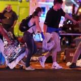 Mindst 50 er døde og over 200 personer er sårede efter et skyderi i Las Vegas. Her bliver en såret båret mod en ambulance ved krydset mellem Tropicana Avenue og Las Vegas Boulevard. Ethan Miller/Getty Images/AFP