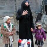 En syrisk kvinde med sine børn i Aleppo.