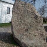 Nu er kulstof 14-analyser fra laboratoriet klar, og de viser, at et stort befæstet anlæg i Erritsø ved Fredericia er endog særdeles gammelt. Endda ældre end Jelling, som traditionelt set blivet betragtet som det danske riges vugge. Her ses Jellingestenen, hvor Kong Harald Blåtand bekendtgjorde at han havde samlet Norge og Danmark under sig, og gjorde dem kristne.
