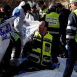 Mindst fire mennesker er døde, og adskillige er kvæstet i Jerusalem, efter en lastbil kører ind i en gruppe soldater