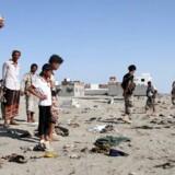 Yemenitter samles ved al-Sawlaba basen i Aden 18. december, efter en selvmordsbomber har angrebet en gruppe soldater.