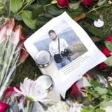 Blomster og beskeder fra pårørende og borgere. Mandag d. 18. oktober 2017 blev 16-årige Servet Abdija skudt og dræbt foran sin opgang ved familiens hjem på Ragnhildgade i København. Arkivfoto.
