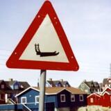 Grønland: Advarsel, krydsende hundeslæder forude. I Danmark har vi ingen skilte, som advarer mod hundeslæder, men der findes alligevel nogle spøjse skilte. Kan du dem?