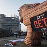 En oppustelig trojansk hest, placeret foran Europa Parlamentet i Strasbourg, under en protest imod handelsaftalen mellem EU og Canada (CETA).
