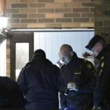 Politiets teknikere undersøger gerningsstedet hvor en eksplosion fandt sted mandag aften d. 27. februar 2017 i Malmø. En person i Malmø er mandag aften sluppet med mindre skader i et ben efter en eksplosion, som menes at stamme fra en håndgranat. Foto: 50090 Johan Nilsson/TT/Scanpix 2017