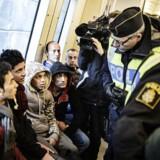 Øresundstoget fra Danmark til Sverige får besøg af svensk politi, der kontrollerer flygtningenes pas, på Hyllie station i Sverige d. 12. november 2015.