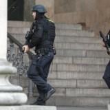 Stærkt bevæbnet politi uden for Københavns Byret.