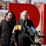 Andrea Nahles (tv), parlamentarisk leder af tyske SPD og den midlertidige leder af SDP Olaf Scholz. / AFP PHOTO / DPA / Kay Nietfeld / Germany OUT
