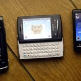 Sådan ser de ud, Sony Ericssons nye topmodeller, som skal skaffe flere kunder til det skrantende mobilselskab. Fra venstre er det Vivaz Pro, Xperia X10 Mini Pro (med udskydeligt tastatur) og Xperia X10 Mini (uden tastatur). Foto: Albert Gea, Reuters/Scanpix
