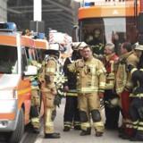 Brandmænd ude foran lufthavnen i Hamborg.