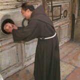Ledelsen af Gravkirken i Jerusalem lukkede kirken i protest, efter at myndighederne ville kræve skat. Nu har myndighederne trukket skattetiltag tilbage. AFP