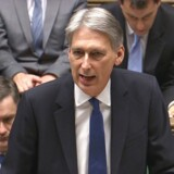 Philip Hammond oplyser, at skønnet for væksten i landets BNP i løbet af 2017 er skåret ned til 1,4 procent. Ved den seneste beretning i marts lød forventningerne på 2,2 procent.