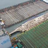 Efter planen skal skroget hæves 13 meter over havoverfladen og derefter flyttes over på et andet fartøj og fragtes til en nærliggende havn.