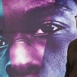 Instruktøren Barry Jenkins foran plakaten for »Moonlight«, der er en af favoritterne til Årets Bedste Film.