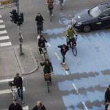 Cyklister og bilister kæmper om pladsen ved det store kryds ved Dronning Louises bro og Nørre Søgade i København.