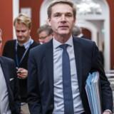 Dansk Folkepartis formand, Kristian Thulesen Dahl, og finansordfører René Christensen (DF) på vej til forhandlinger i Statsministeriet i fredags. Nu skærper DF-formanden retorikken over for regeringen og især Liberal Alliance.