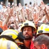 """Cataloniere med flag og bannere råber """"ud med besættelsesstyrkerne"""", og """"gaderne vil altid være vores""""."""