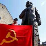 Borgerne i byen Trier i Vesttyskland har nu fået en stor statue af bysbarnet Karl Marx at gå og kigge på. /REUTERS/Wolfgang Rattay