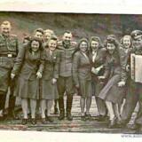 Adjudant Karl Höckers foto af det muntre og flirtende Auschwitz-personales udflugt til en SS-hytte. I samme periode var udryddelserne i lejren på sit højeste.