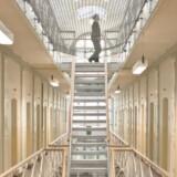 ArkivfotoRB plus. Børnene betaler prisen, når far fængslesHver 20. barn oplever, at deres mor eller far kommer i fængsel. Mange teenagere dropper besøg. Fængsler forsøger at bringe børn og fædre tættere sammen. Arkivfoto: RB PLUS Politisk flertal for at aflaste politiet. Det er et presset dansk politi, der siden skudangrebet i København i februar har kørt for fulde omdrejninger. Helt omvendt har det i samme periode set ud i de danske fængsler, hvor antallet af indsatte er faldet, og hvor flere celler står tomme. ARKIVFOTO: Vestre Fængsel. (Foto: Dennis Lehmann/Scanpix 2015)