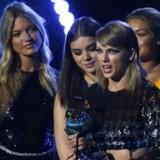 Taylor Swift i sit element - omgivet af andre unge, smukke, hvide og slanke kvinder. Her ved accepten af endnu en pris og i dette tilfælde for videoen »Bad Blood.«