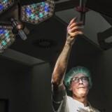 Stort set alle patienter indeholder en teknisk udfordring – mænd er svære at operere fordi, de har smallere bækken end kvinder, og hos overvægtige er der også mindre plads at arbejde på - forklarer kræfkirurg Henrik Loft Jakobsen.
