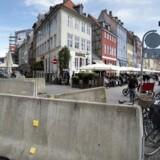 Indkørslen til Nyhavn i København er blevet terrorsikret med ekstra store betonafspærringer for at forhindre terrorangreb med lastbiler. På længere sigt skal betonklodserne udsmykkes, så de passer bedre ind i byrummet.