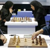 Da protesterne mod tørklædepåbuddet ved verdensmesterskaberne begyndte at stramme til, arrangerede den iranske skakunion, at international presse kunne møde en række kvindelige skakspillere. Forreste er det Mitra Hejazipour (tv) og Sara Khademalsharieh. Kvinderne fortalte, at de ikke ser hovedtørklædet som et tegn på undertrykkelse og at de var imod den amerikanske boykot-kampagne.