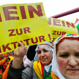 "SE RITZAU 30.000 kurdere demonstrerer i Frankfurt mod Erdogan Kurdere demonstrerer i Frankfurt mod Erdogan og folkeafstemning i Tyrkiet. Nej til diktatur, lyder det. - - - - People hold placards with the slogan ""No to dictatorship"" during a demonstration organised by Kurds, in Frankfurt, Germany, March 18, 2017. REUTERS/Ralph Orlowski"