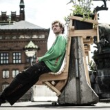 Mads Boserup Lauritsen har lavet et bud på, hvordan terrorsikringen af København kan camoufleres. Her har han lavet en betonklods på Rådhuspladsen om til en bænk. Bagsiden bliver et cykelstativ.