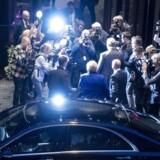 Norges statsminister Erna Solberg på valgnatten med en hord af pressefotografer omkring sig. EPA/TORSTEIN BOE NORWAY OUT
