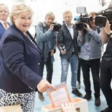 Til taktfaste Erna-råb fra tilhængere afgav Høyre-leder og statsminister Erna Solberg mandag formiddag sin stemme på Apeltun skole i hjembyen Bergen.