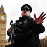Bevæbnet politi afspærrede hele det britiske parlamentsområde onsdaf eftermiddag.