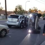 Kørselstjenesten Uber har suspenderet sit projekt med førerløse biler på ubestemt tid. Det sker, efter at et køretøj kørte galt på en vej i den amerikanske delstat Arizona lørdag, oplyser det lokale politi.