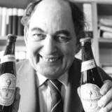 »Man kunne næsten ønske, at salig Mogens Glistrup ville genopstå af graven – i en mindre fanatisk og anarkistisk udgave.« Her lederen af Fremskridtspartiet i slutnignen af 1970erne med en særlig »skattebasse-øl«. Arkivfoto