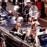 John F. Kennedy med sin hustru, Jackie, i sin åbne limousine, kort før han blev ramt af skud. I Dallas, Texas. (Foto: REUTERS FILE PHOTO/Scanpix 2017)