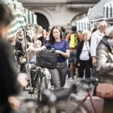 Kitte Wagner er ny teaterdirektør for Malmö Stadsteater. På cykeltur rundt i byen, der er præget af sociale modsætninger og flygtningestrømme. Her på Möllevangstorget med madmarkedet.