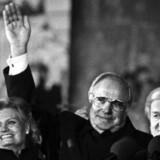 Helmut Kohl stod på genforeningsaftenen i 1990 sammen med undenrigsminister Hans Dietrich Genscher (tv.), sin hustru, Hannelore, og forbundspræsident Richard von Weizsäcker (th.) på Rigsdagens balkon og modtog hyldesten fra de hundredetusinder af tyskere fra øst og vest, der fejrede sammen.