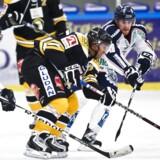 Ishockey. Herlev Eagles vs. Frederikshavn White Hawks. Frederikshavns nr. 18 Cam Paddock og Herlevs nr. 10 Nicholas Phillips