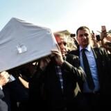 Tyrkiets præsident Erdogan - til højre - og tidligere præsident Gul - til venstre - bærer kisten af en politisk allieret, som blev dræbt under kupforsøget natten til lørdag. Ved begravelsen krævede folkemængden dødsstraf over de skyldige, og Erdogan lovede dem hævn.