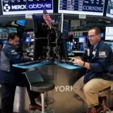 De asiatiske aktiemarkeder dykker igen fredag og forlænger de globale kursfald på tværs af hele regionen.