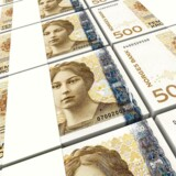 Den norske krone styrkes over for den danske ditto efter den norske centralbanks fastholdelse af den nuværende pengepolitik.
