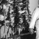 De finske skisoldater rykker i 1940 frem i Vinterkrigen imellem Finland og Rusland. 7. december i år afslører Folketingets Præsidium ved deres besøg i Finland en mindesten over de danske Finlands-frivillige. Scanpix/Ukendt