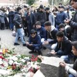 Beboere i andelsboligforeningen er stimlet sammen foran opgangen på Ragnhildgade, hvor en 16-årig mandag aften blev skud ned.