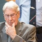Tidligere Auschwitz-vagt Reinhold Hanning sidder i retssalen.