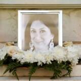 Daphne Caruana Galizia, journalist og blogger, mistede livet da en bilbombe eksploderede i hendes bil den 16, oktober 2017. Galizia undersøgte korruption og ulovlige pengestrømme i Malta - og meget tyder på at hun blev myrdet for at få hende til at tie.