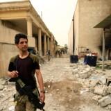 Irakisk soldat inspicerer et ødelagt museum i Mosul. Reuters/Thaier Al-sudani