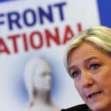 Marine Le Pen og hendes parti Front National dropper planerne om at trække Frankrig ud af EU og genindfører francs som møntfod.