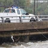 Harris County Flood District måler vandstanden i Brays Bayou i Houston. En kemikaliefabrik i Harris County er i fare for at bryde i brand eller eksplodere / AFP PHOTO / Thomas B. Shea